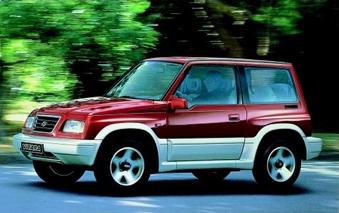 1995 Você sabia que o Vitara foi o primeiro 4x4 com motor V6 de 2.0l? Pois é, desde então ele se tornou referência na categoria, o mais potente de todos os tempos. Mais estilo, para-choques mais modernos, rodas de alumínio mais largas e um interior com novos equipamentos: duplo airbag, vidros, travas e espelhos elétricos.